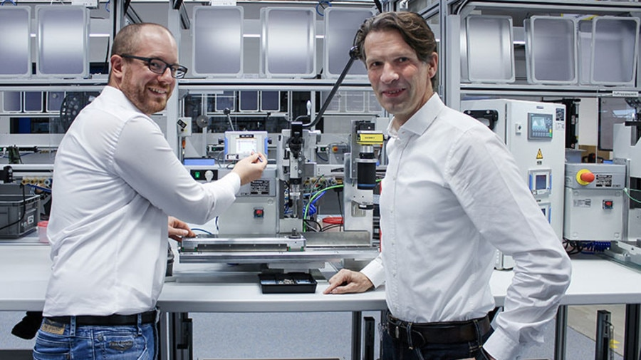 Christian Wimmer of Rosenberger shows Kistler's Stefan Schäfer how the maXYmos process monitoring system is integrated.